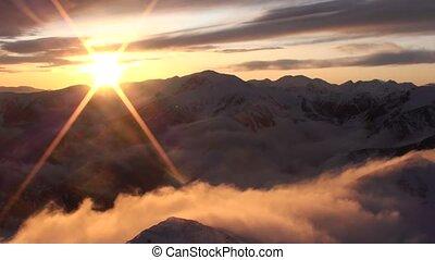 ondergaande zon , in de bergen