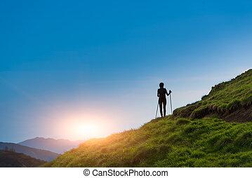 ondergaande zon , meisje, silhouette, maakt, trekking