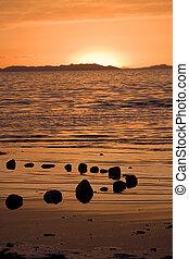 ondergaande zon , op het strand