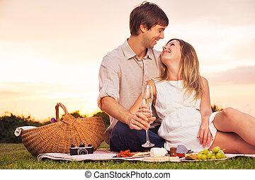 ondergaande zon , paar, het genieten van, picknick, romantische