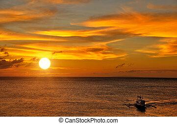 ondergaande zon , scheepje, zeilend