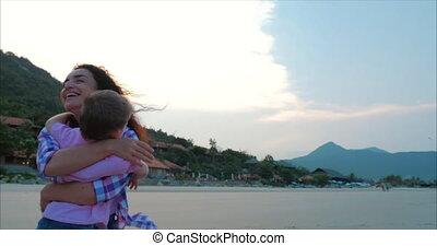 ondergaande zon , son., kussen, omhelzingen, moeder, moeder, zoon, handen, gezin, mother., aandrangen, looppas, armen, vrolijke , achtergrond., op, kind, hemel