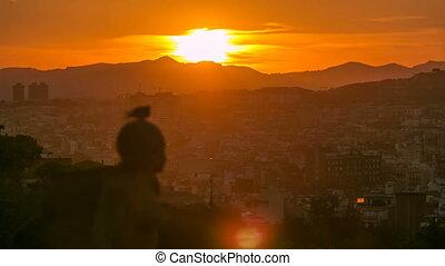 ondergaande zon , timelapse., aanzicht, van, de stad, van, montjuic., montjuic, is, een, van, de, meest, belangrijk, gezichten, van, barcelona.