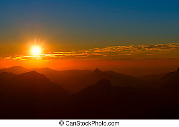 ondergaande zon , tussen, bergen, en, wolken, met, rode hemel