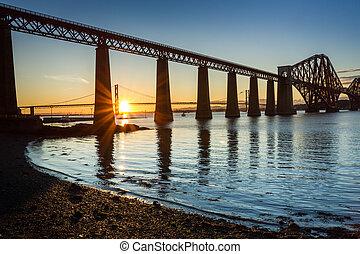 ondergaande zon , tussen, de, twee, bruggen, in, schotland