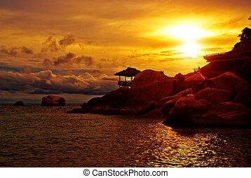 ondergaande zon , villa, rotsen