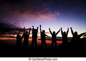ondergaande zon , vrienden, staand, groep, silhouette