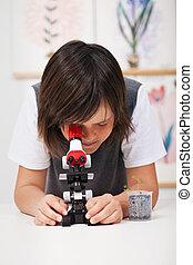 onderricht jongen, in, wetenschap klas, met, microscoop