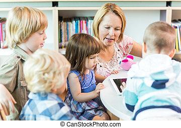 onderricht kinderen, met, leraar, gebruik, digitaal tablet