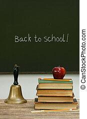 onderricht klok, en, boekjes , op bureau, met, chalkboard
