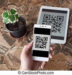 onderzoeken nauwkeurig, streepjescode, van, de, tablet, gebruik, cellphone.