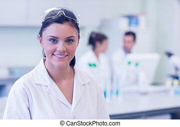 onderzoeker, collega's, achtergrond, laboratorium, vrouwlijk