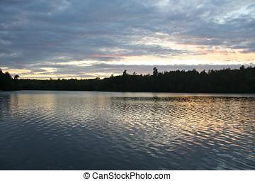 Ondulado, pôr do sol, refletido, lago