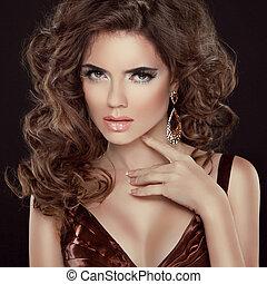 ondulato, hair., bellezza, ritratto, di, bello, brunetta, donna, con, lungo, capelli ricci, pose, a, sfondo scuro