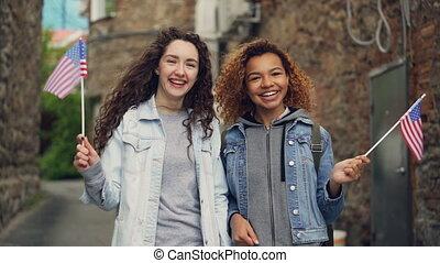 onduler, amitié, gens, tourisme, concept., filles, deux, regarder, appareil-photo., américain fléchit, rire, joli, slowmotion, portrait, habillement, désinvolte, heureux
