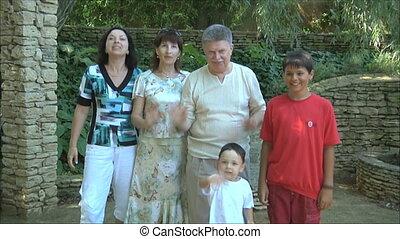 onduler, famille heureuse, mains