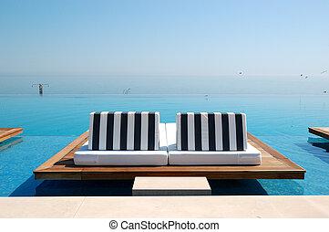 oneindigheid, zwembad, door, strand, op, de, moderne, luxe,...