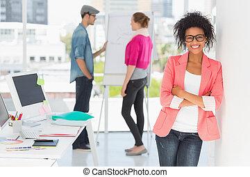 ongedwongen, collega's, vrouwlijk, kantoor, kunstenaar
