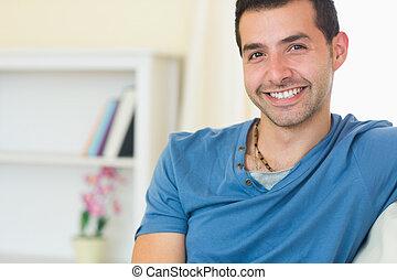 ongedwongen, glimlachende mens, relaxen, op, bankstel, kijken naar van fototoestel