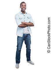 ongedwongen, handsome., volledige lengte, van, mooi, jonge, zwarte man, het behouden, gekruiste wapens, en, het glimlachen, aan fototoestel, terwijl, staand, tegen, witte achtergrond
