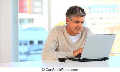 ongedwongen, man, doorwerken, een, draagbare computer