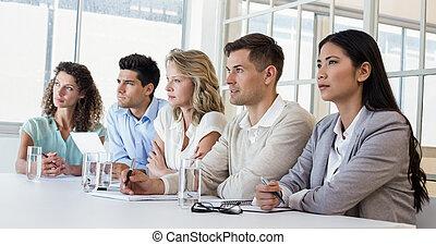 ongedwongene handel, team, het luisteren, gedurende, vergadering