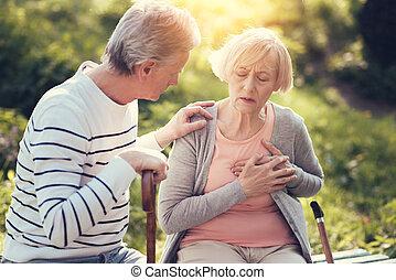ongelukkig, oud, vrouwenholding, haar, borst