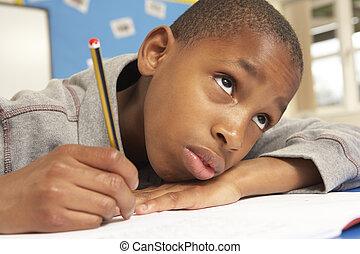 ongelukkig, schooljongen, studerend , in, klaslokaal
