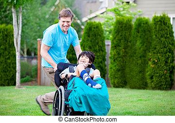 ongeveer, park, wheelchair, vader, zoon, invalide, het snelen