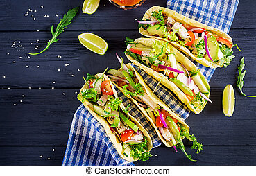 onion., mexicaanse , avocado, gezonde , vlees, tacos, komkommer, rood, omslag, tomaat, chicken, voedsel., bovenzijde, tortilla., aanzicht