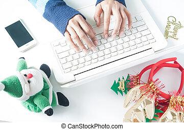 online, laptop, smartphone, tippen, tastatur, frau, weihnachtsdeko, shoppen, hände, gebrauchend