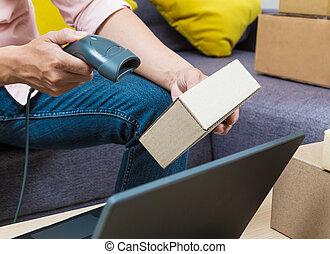 online, verkäufer, mann, gebrauchend, barcodescanner, abtastung, eins, von, seine, produkt, kästen