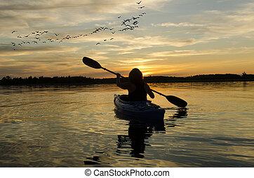 ontario, femme, kayaking, lac, coucher soleil