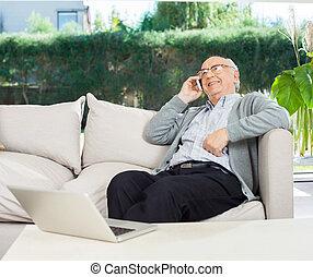 ontspannen, hogere mens, gebruik, mobilephone, op, bankstel