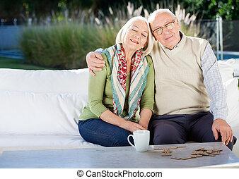 ontspannen, hogere mens, zitten op bank, op, verpleeghuis, portiek