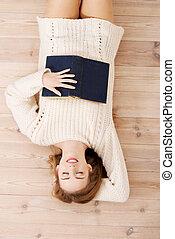 ontspannen, jonge, student, vrouw, liegen op de vloer