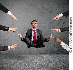 ontspannen, zakenman, onder, de, accusations, van, collega's