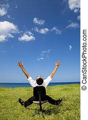 ontspannen, zakenman, zittende , op, de, stoel, in, groen veld