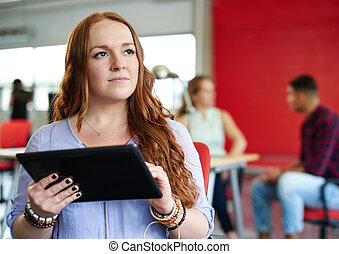 ontwerper, aan het werk werkkring, ruimte, tablet, creatief, zeker, vrouwlijk, digitale , roodharige, rood