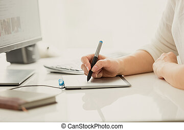 ontwerper, computer, werkende , tablet, terwijl, grafisch, vrouwlijk, digitale , gebruik