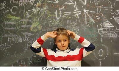 onzeker, jongen, stalletjes, tegen, chalkboard, bedekt, met,...