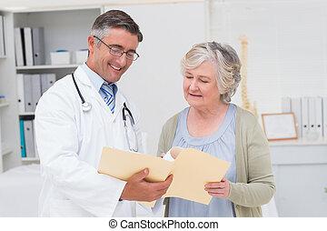 op, arts, patiënt, het bespreken, rapporten