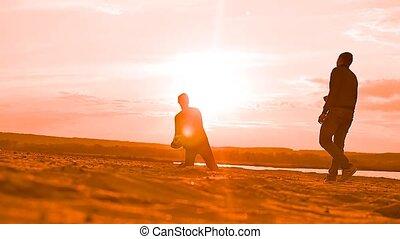 op het zand, strand, man, spelende bal, slowmotion, video