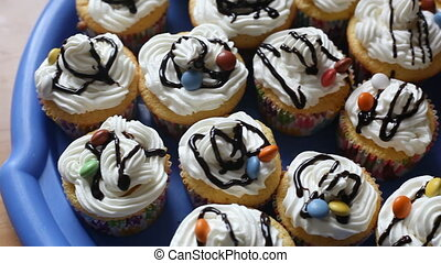 op, video, cupcakes, met, cream.