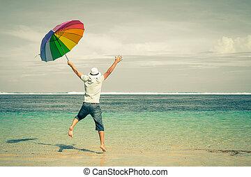 op, zand, time., springt, sea., man, strand, dag, vrolijke