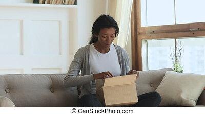 open, afrikaan, gelukkige vrouw, pakket, jonge, thuis, ...