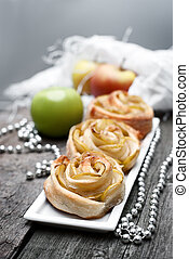 Open mini pies with apples and cinnamon