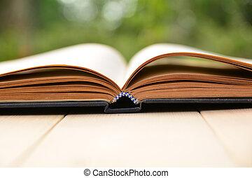 open, oud, boek, op, wooden table, en, natuur, achtergrond
