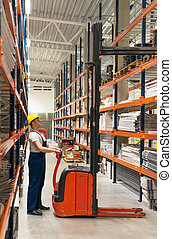 operario carretilla elevadora, trabajando, en, el, warehouse.