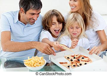 opgewekte, etende kindereni, een, pizza, met, hun, ouders